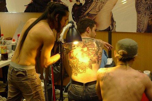 Les tatouages se font à la vue de tous