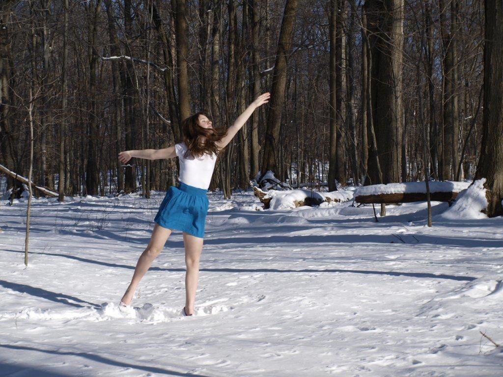 jeune-fille-en-ballerines-et-mini-jupe-bleue-dans-la-neige