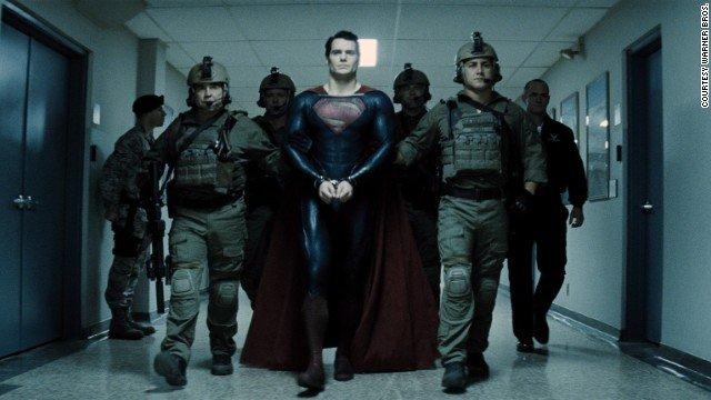 Kal-El menotté. La blague du film...