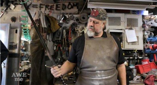 Amaze who Educate Me - AWE me, il forgent les épées de vos héros préférés